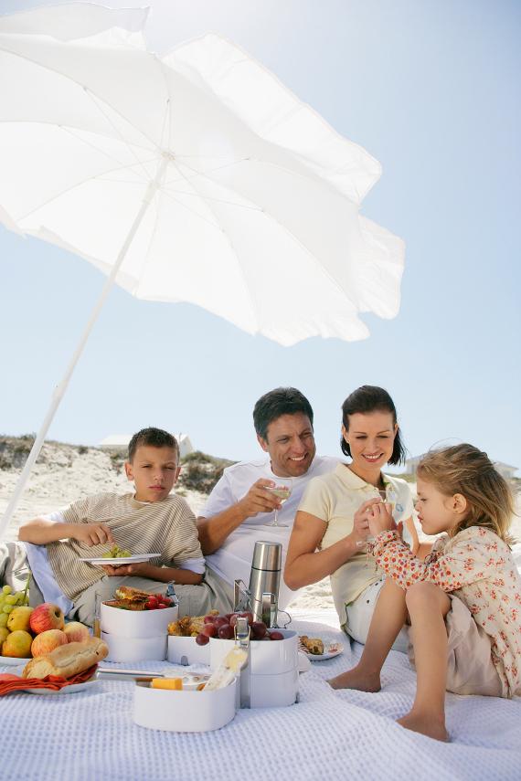familia comiendo en la playa productos mediterráneos