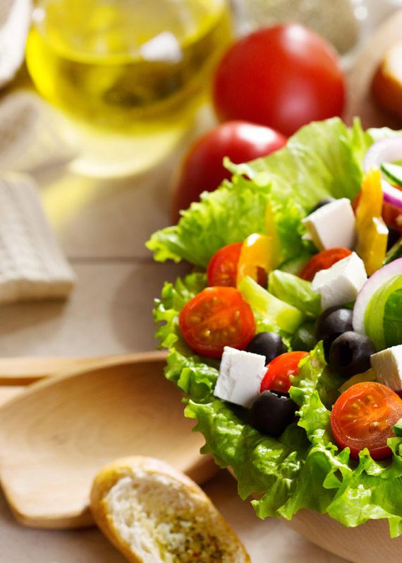 ensalada de tomates y queso fresco con aceite de oliva